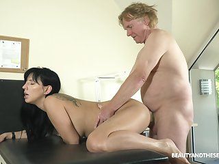 Big ass brunette amble for a elder statesman guy on Viagra